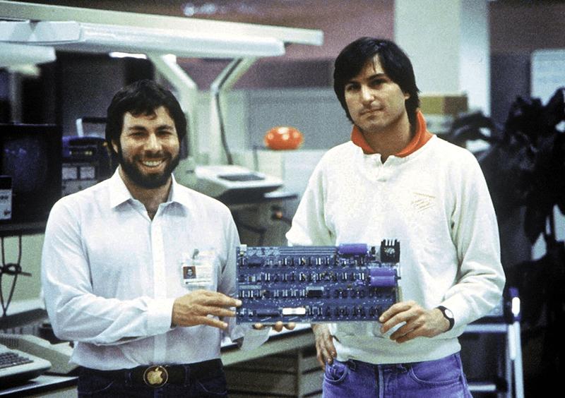 1977: Steve Wozniak und Steve Jobs mit Apple-II-Mainboard