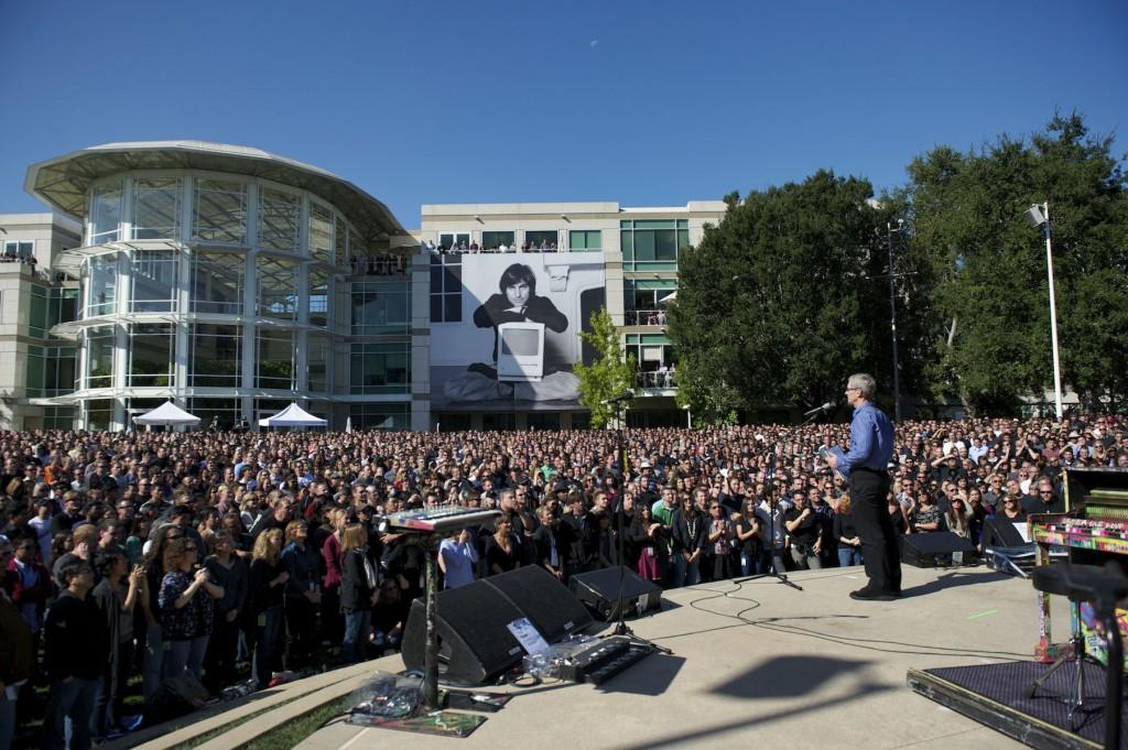 Apple-CEO Tim Cook spricht auf dem Apple-Campus in Cupertino über Steve Jobs