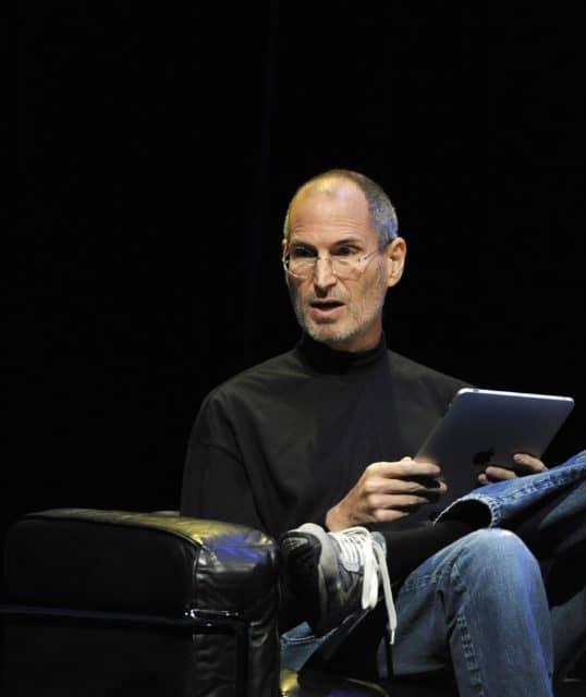 Steve Jobs führt das iPad vor.