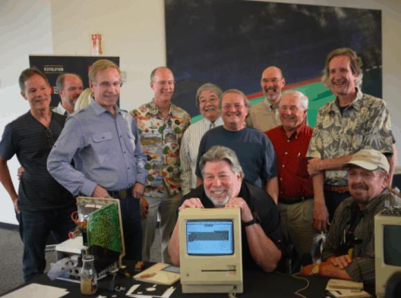 Apple Mitbegründer Steve Wozniak mit einem Twiggy Mac, umringt von Mitgliedern des Macintosh-Teams (v.l.n.r.): Larry Kenyon, Randy Wiggington, Ed Ruder, Terry Oyama, Andy Hertzfeld, Ron Nicholson, Jerry Manock und Dan Kottke. Foto: Dan Farber