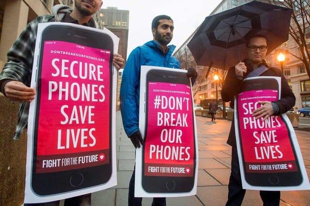 Streit um eine Entsperrung des iPhone: Demonstranten protestieren vor dem FBI-Hauptquartier in Washington, DC, gegen die Forderungen der Ermittler. Foto: Michael Reynolds / EPA