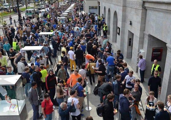 Apple-Fans und Kunden warten auf die Öffnung des Apple Stores am Ku'damm in Berlin.